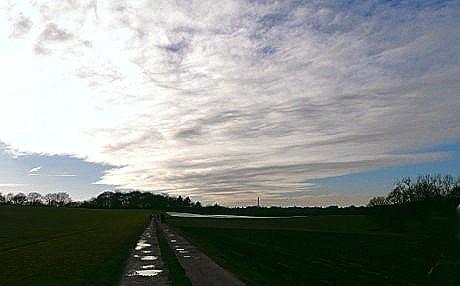 Stark aufgefächerte weiße Wolke