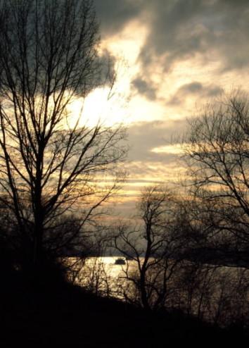 Regenwolken über dem Rhein