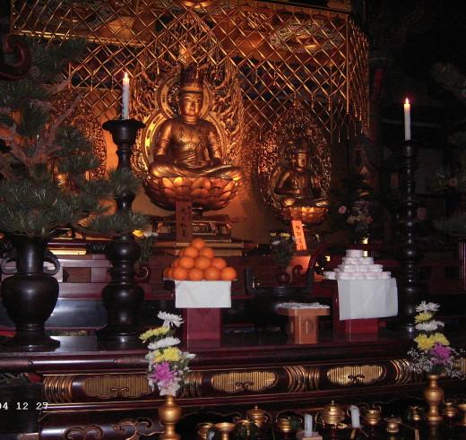 Buddha mit Altar im Enryaku-ji Tempel auf dem Mount Hiei