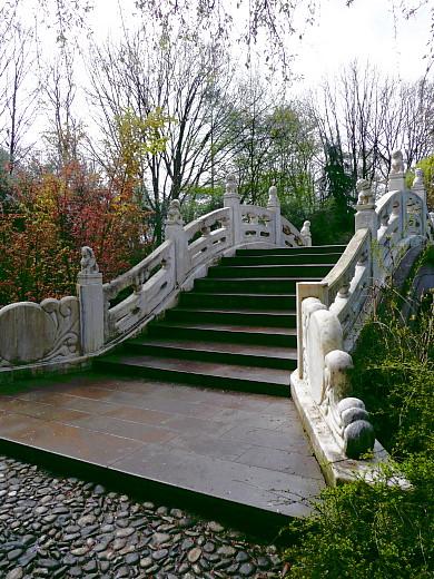 Bogenbrücke im Chinesischen Garten mit Stufen unterschiedlicher Höhe!