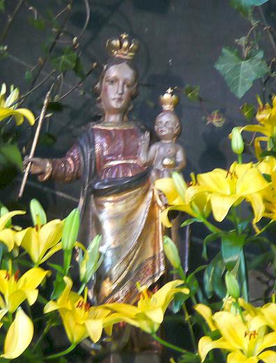Madonna mit Blumen in der alten Kirche in Neviges!