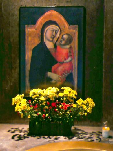 Madonna im Dom zu Neviges mit Blumen!