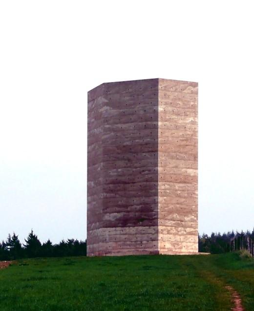 Der Turm, der innen ein Zelt ist, von der Rückseite!
