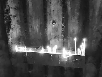 Brennende Kerzen tragen zum Dämmerlicht in der Kapelle bei!