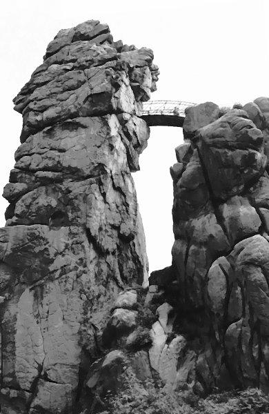 Externsteine; auf dem Felsen links befindet sich die oben abgebildete rundbögige Nische! (eigenes Photo)
