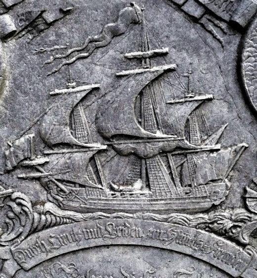 """Grabstein mit dem Schiff """"Der brandende Berg"""" des """"wohledlen Capitains Harck Nickelsen"""", gestorben 1770, auf dem St. Clemens Friedhof auf Amrum in Nordfriesland!"""