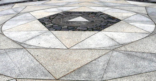 Anordnung dreieckiger Steinplatten vor dem Kurama-Haupttempel mit der Reiki-Heilkraft im Mittelpunkt