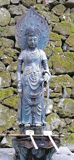 Buddha-Statue mit Brunnen am Eingang des Kurama-Tempelbezirkes