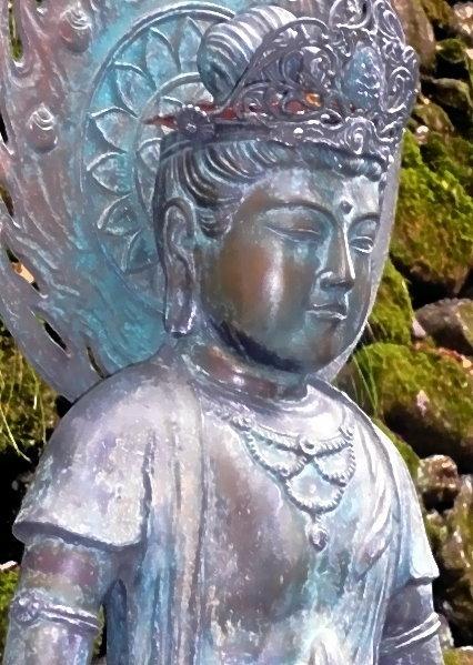 Kopf der Buddha-Statue am Eingang des Kurama-Tempelbezirkes