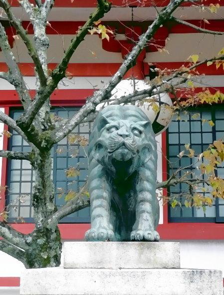 Linke Wächterfigur – eine Großkatze - vor dem Kurama-Haupttempel. Sie hält ihr Maul geschlossen.