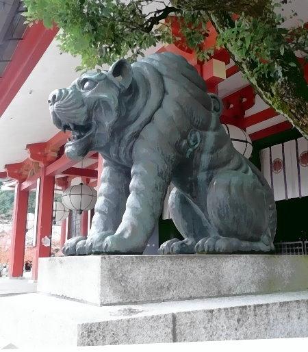 Rechte Wächterfigur – eine Großkatze - vor dem Kurama-Haupttempel. Sie hat ihr Maul geöffnet