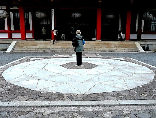 Christine Lehmann im Zentrum des Kreises vor dem Kurama-Haupttempel, auf dem jedem die Reiki-Heilkraft zur Verfügung steht.