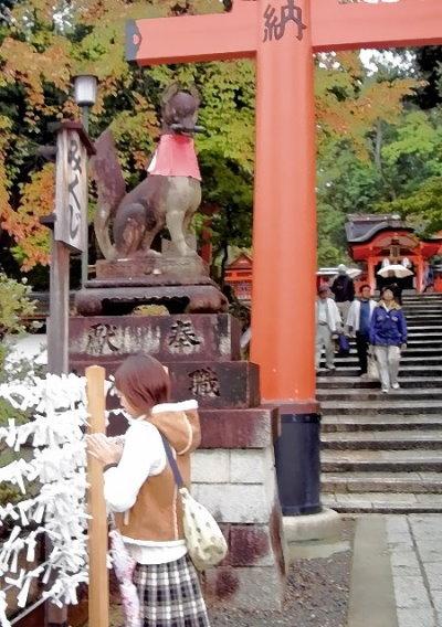 Betendes Kind vor Wunsch-Erfüllungs-Zetteln im Eingangsbereich des Fushimi Inari Taisha Schreins !