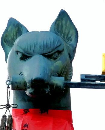 Statue eines Fuchses als Wächter und Bote der Inari-Gottheit!
