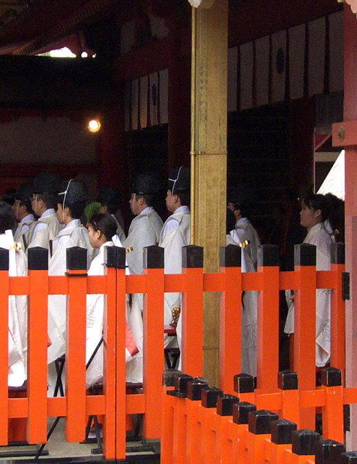 Betende Priester im Hauptschrein des Fushimi Inari Taisha!