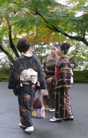 Drei Frauen in geschmackvollen traditionellen Kimonos!