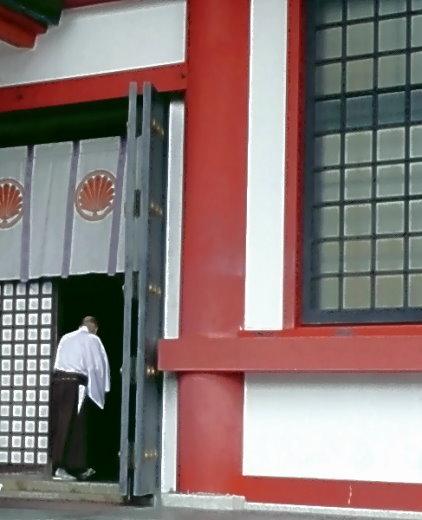 Ein Mönch betritt den Haupt-Tempel auf dem Kurama Yama durch den Seiten-Eingang!