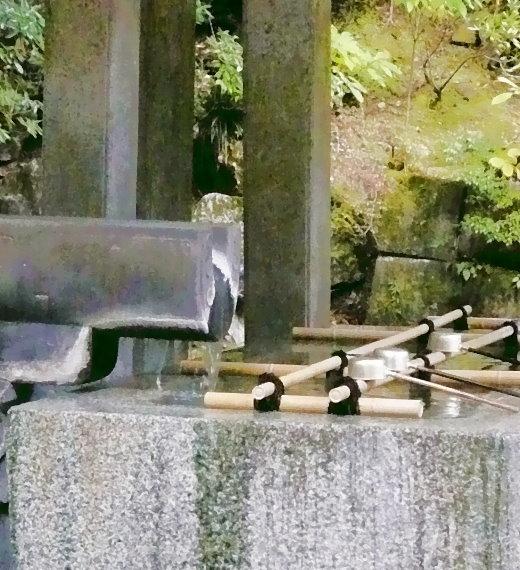 Der Brunnen mit fließendem Wasser und Schöpflöffeln aus der Nähe!
