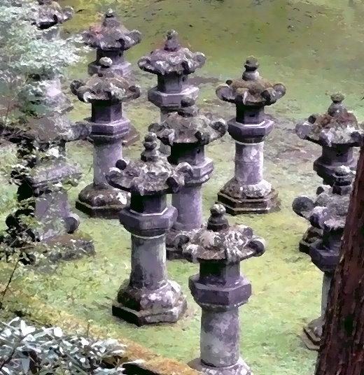 Steinlaternen innerhalb des Tokugawa-Schreines in Nikko/Japan