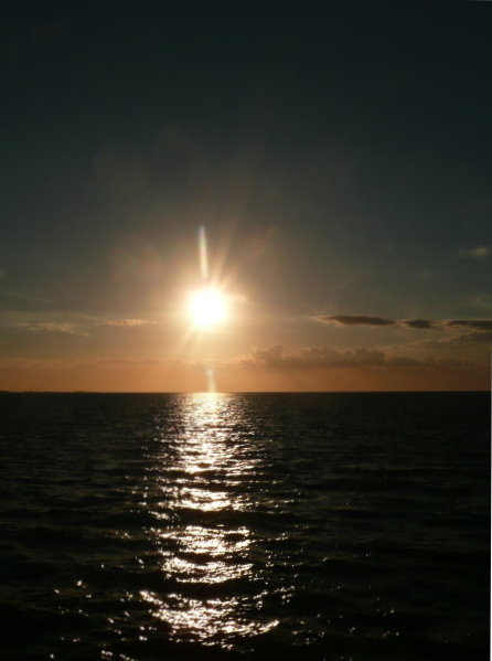 a)Sonnenuntergang über dem Meer