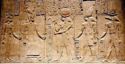Fünf Gottheiten, von denen vier ein Ankh-Kreuz in der Hand tragen