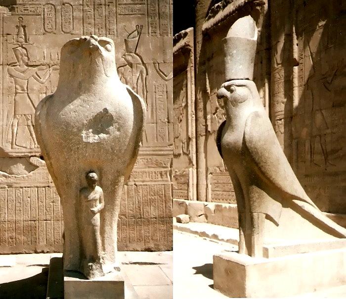 Aus Stein gemeißelte Statuen des Falkengottes Horus vor dem fast gänzlich erhaltenen Tempel des Horus in Edfu