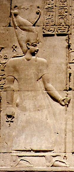 Eine der fünf Gottheiten mit einem Ankh-Kreuz in der rechten Hand