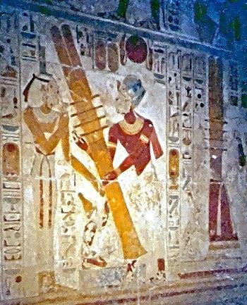 Aufrichtung des Djed-Pfeilers durch den König mit Hilfe von Priestern. Das Ritual sollte seinem Königtum Dauer verleihen.