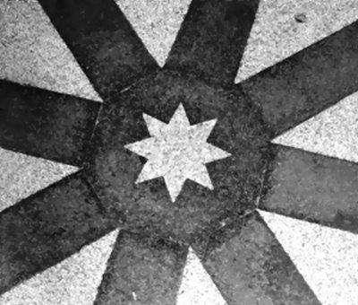 Durch einen achtstrahligen Stern markierte starke Stelle unter der Kuppel der Marienkapelle vor dem Gnadenbild.