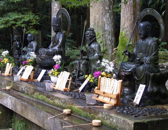 Die fünf großen Könige des Wissens in der über 1100 Jahre alten buddhistischen Klosteranlage Daigo-ji im Süden der alten Kaiserstadt Kyoto.