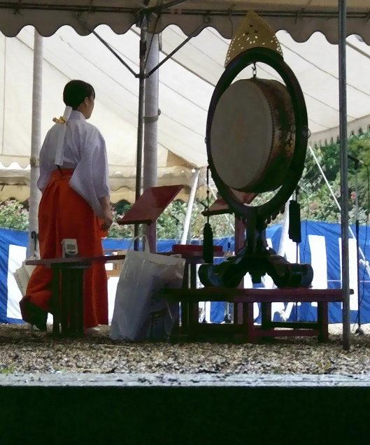 Am Shinto-Schrein, hier dem Fushimi Inari Taisha entspricht die große Trommel in etwa den Glocken in christlichen Kirchen!