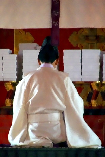 Betender Priester in der Bethalle des Fushimi Inari Taisha!
