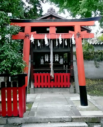 Glocke mit Schnur am Eingang eines kleinen Schreines. Der Gläubige zieht an der Glocken-Schnur, um die Gottheit auf sich aufmerksam zu machen.