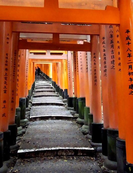Allee von scharlachroten Torii auf dem Fushimi Inari Berg in Kyoto (eigenes Foto). Die Alleen von Torii sind insgesamt 4 km lang und führen auf die Spitze des Berges.