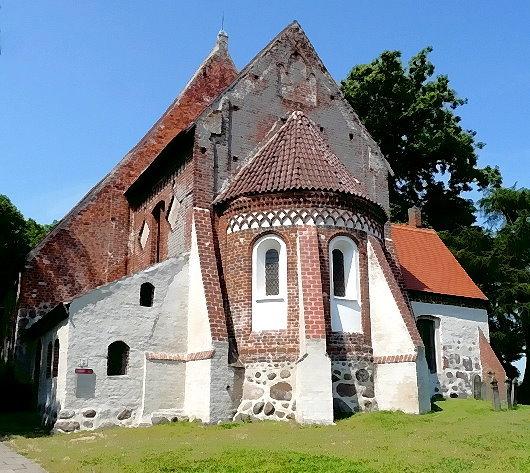 Pfarrkirche in Altenkirchen auf der Halbinsel Wittow (Land der Winde) ca. 7 km vor Kap Arkona, Rügen, als Backsteinkirche im romanischen Stil um 1200 auf einem Friedhof der heidnischen Ranen errichtet!