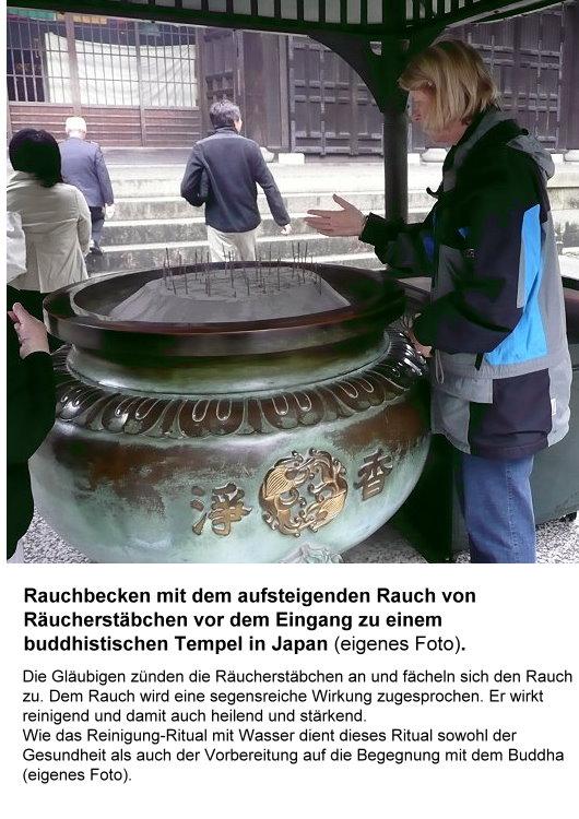 Rituelle Reinigung mit Rauch vor dem Betreten eines buddhistischen Tempels!