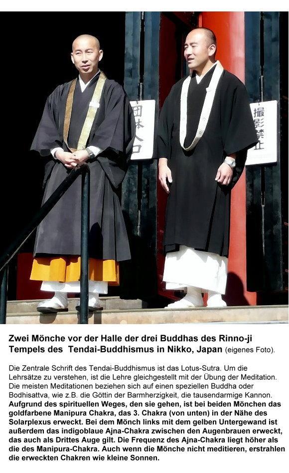 112-zwei-monche-vor-der-halle-der-drei-buddhas-in-nikko.jpg