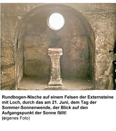 1048-urspr-rundbogen-nische-mit-loch-in-richtung-aufgangspunkt-der-sonne-zur-sommer-sonnenwende.jpg