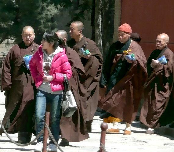 wutai-shan-gruppe-von-5-monchen-einer-jungen-frau-folgend.jpg