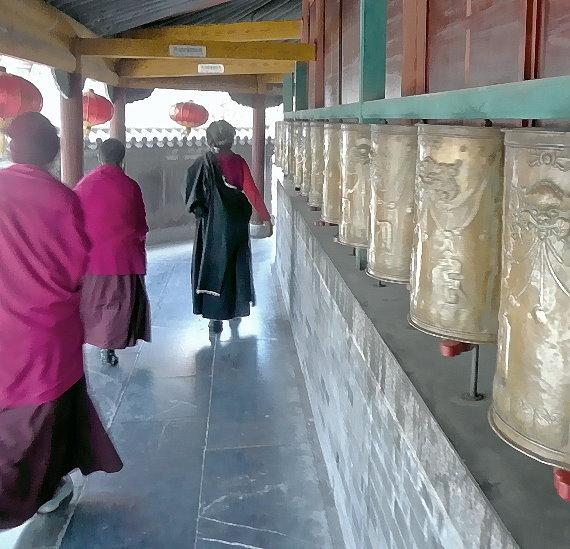 wutai-shan-lamaistische-nonnen-umrunden-mehrfach-gebetsmuhlen.jpg