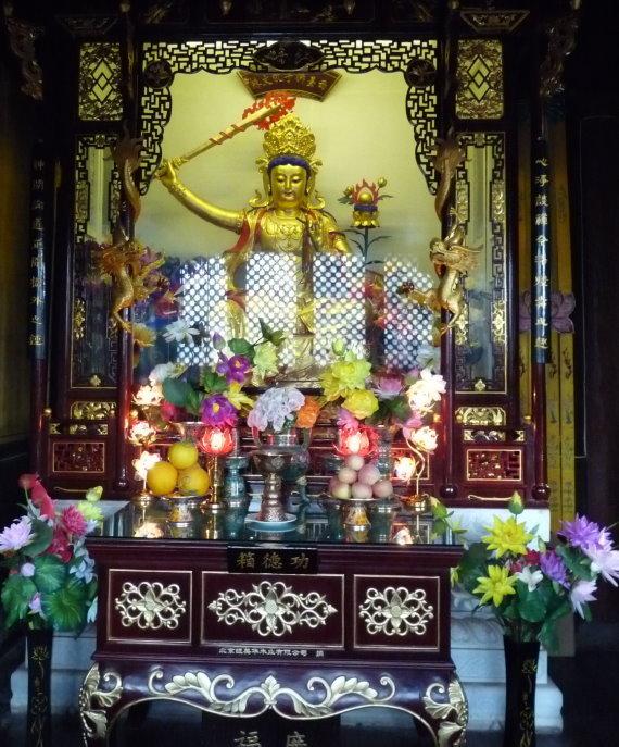 wutai-shan-manjushri-mit-flammenschwert-im-tempel-auf-dem-dailuodng-gipfel.jpg