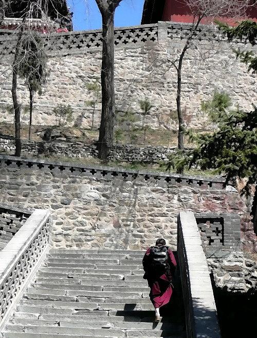 wutai-shan-monch-mit-rucksack-zum-tempel-aufsteigend.jpg