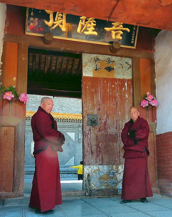 wutai-shan-zwei-lamaistische-monche-am-eingang-zum-tempel-auf-dem-bodhisattva-gipfel.jpg