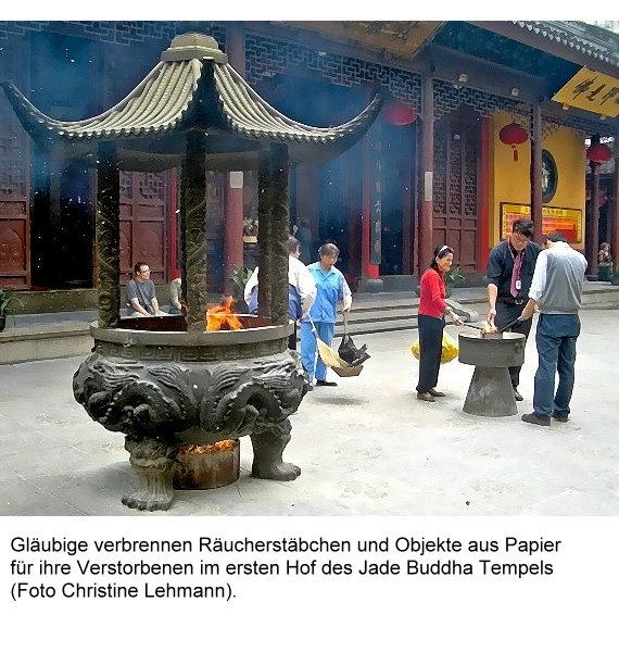 jade-buddha-i-glaubige-verbrennen-objekte-aus-papier-fur-ihre-verstorbenen.jpg
