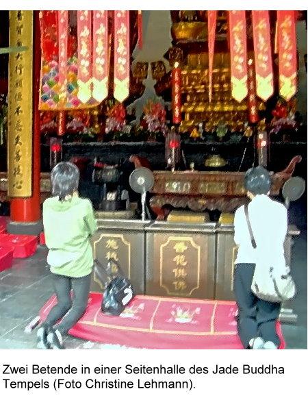 jade-buddha-i-zwei-betende-im-jade-buddha-tempel.jpg