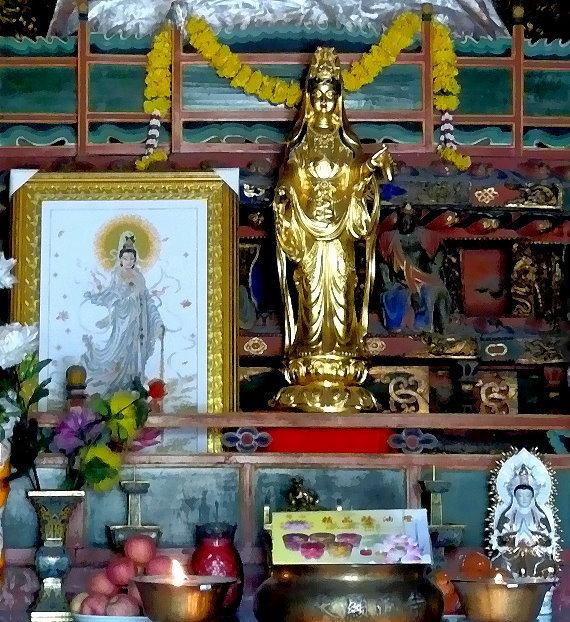 gottlicher-stolz-ii-guanshiyin-auf-einem-altar-im-xiantong-kloster-iauf-dem-heiligen-berg-wutai-shan-china-eigenes-foto.jpg