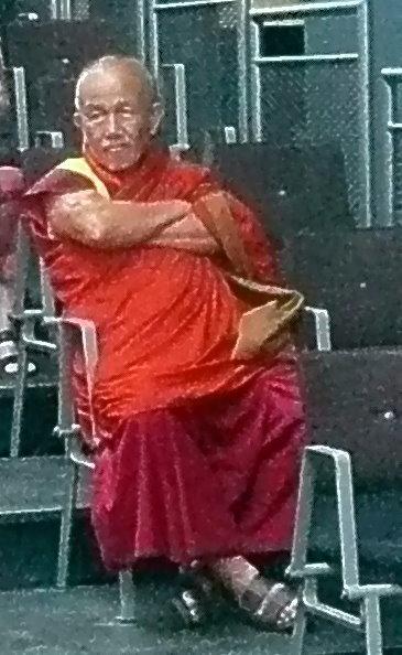 Mönch, zuständig für die Reinigung der das Mandala streuenden Mönche sowie des Platzes