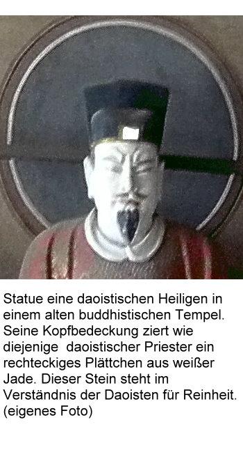dao-1-daostischer-heiliger-mit-kopfbedeckung-die-ein-weisses-jadeplatchen-ziert.jpg