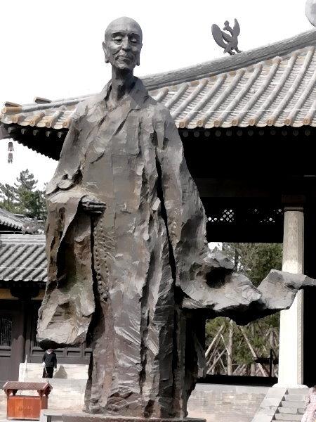dao-10-statue-eines-monchs-als-stutzpunkt-seiner-ach-seele-am-eingang-der-yungang-hohlen-in-china.jpg