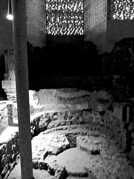 Ausgrabungs-Raum im Kolumba-Museum mit starkem Platz! (eig. Foto)